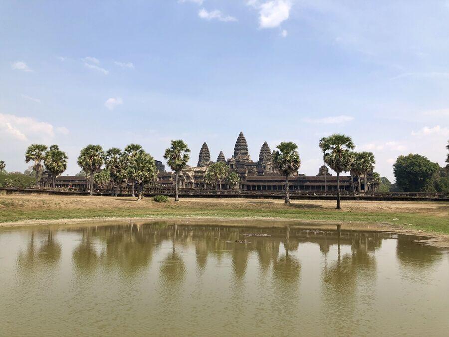 Вид на храм Анкор Ват, отражающийся в пруду, Камбоджа