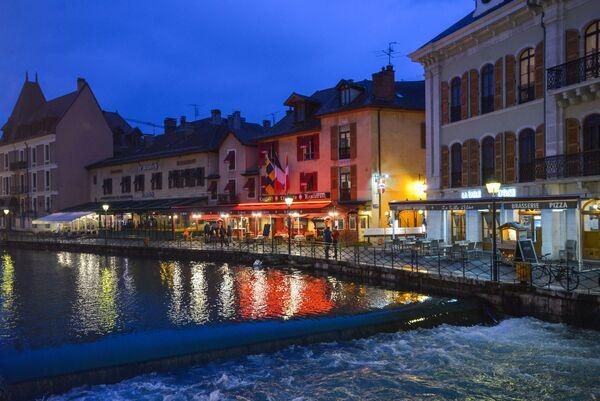 Уличные кафе на набережной канала города Анси