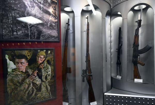 Экспозиция огнестрельного оружия в музее киноконцерна Мосфильм в Москве