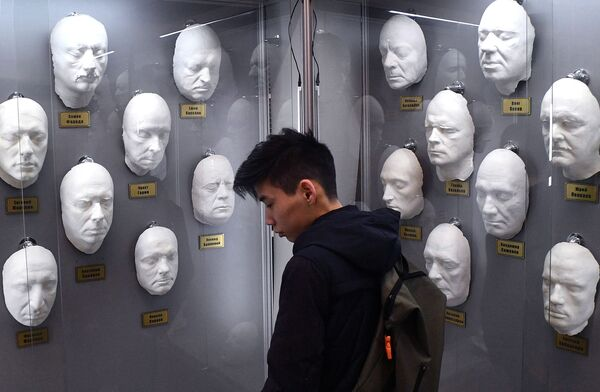 Гипсовые слепки лиц актеров в музее кинокоцерна Мосфильм