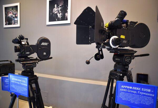 Экспозиция кинокамер в музее киноконцерна Мосфильм