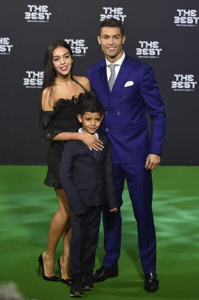 Криштиану Роналду с Джорджиной Родригес и его сыном Криштиану Роналду-младшим