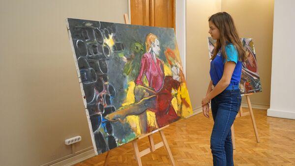 Посетительница выставки картин Натальи Шевченко в Артеке