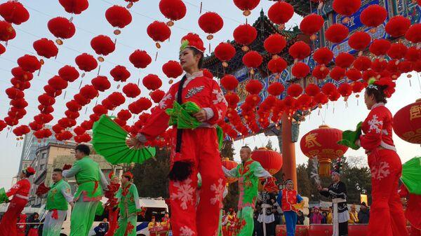 Артистки во время празднования года Земляной свиньи в Китае