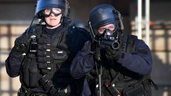 Сотрудники правоохранительных органов во время всеобщей забастовки во Франции на улицах Парижа. 5 февраля 2019