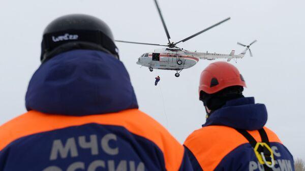 Самолет Ми-8 и спасатели МЧС РФ