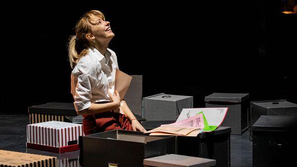 Ирина Таранник в роли Хилари на репетиции спектакля Проблема в Российском академическом Молодежном театре
