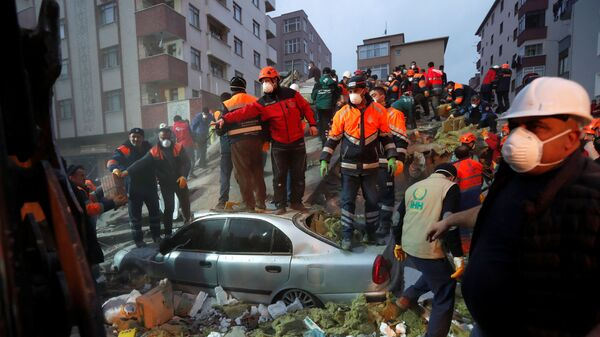 Место обрушения жилого дома в Стамбуле