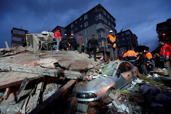 Спасатели на месте обрушившегося жилого дома в Стамбуле, Турция