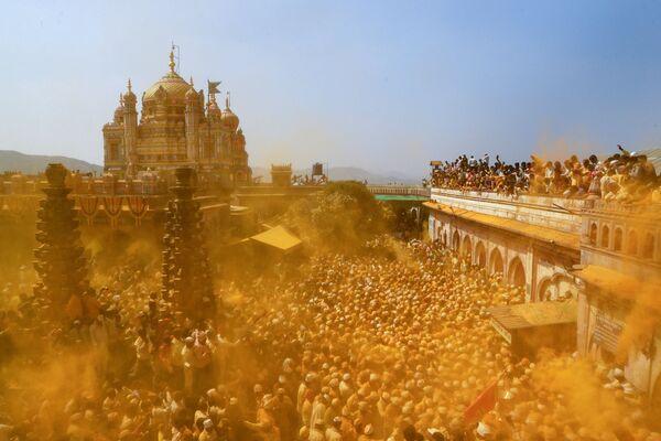 Верующие во время праздника Сомвати Амавасья (новолуние) в Чеджури, Индия