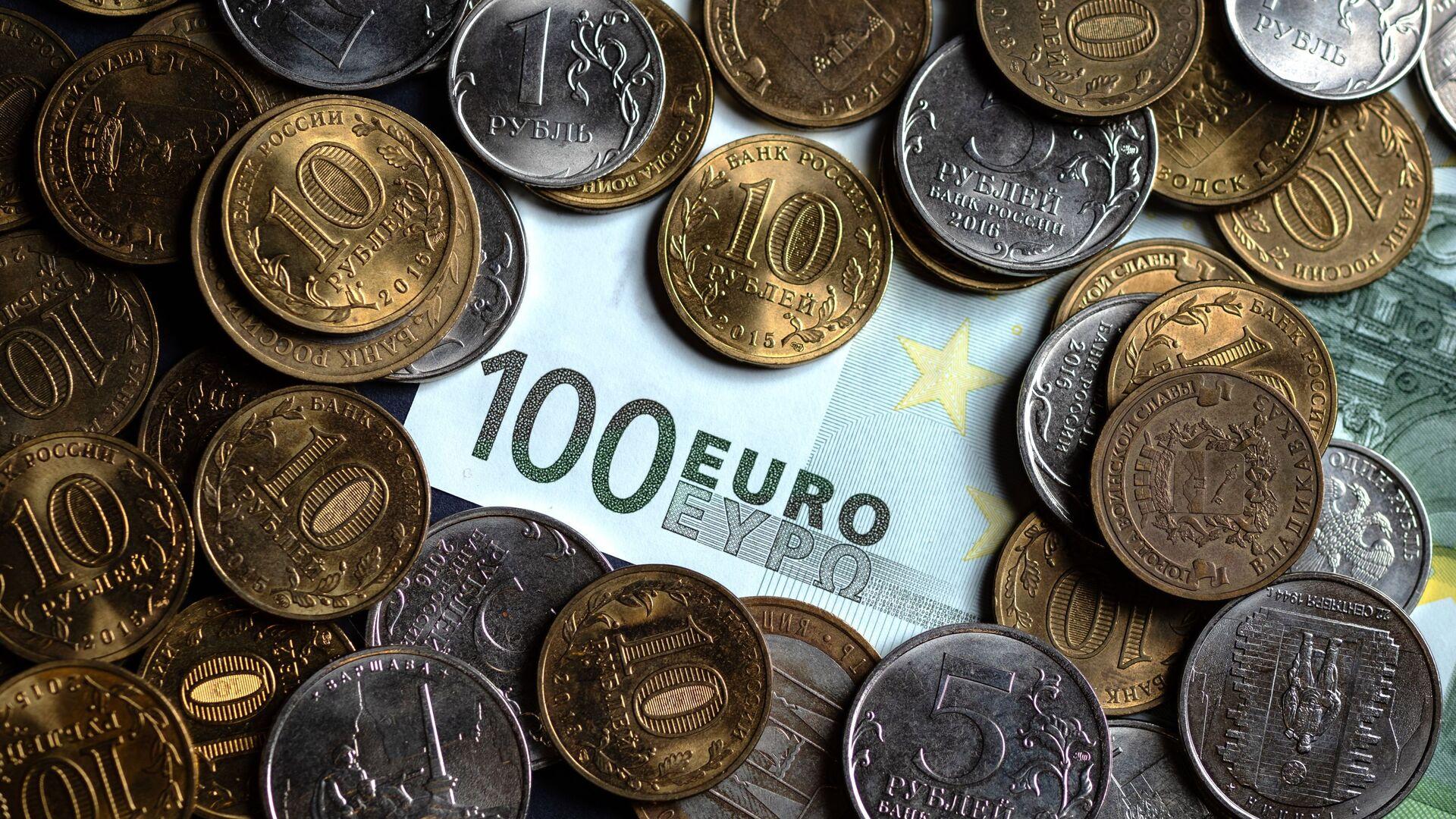 Официальный курс евро на пятницу снизился на 71 копейку