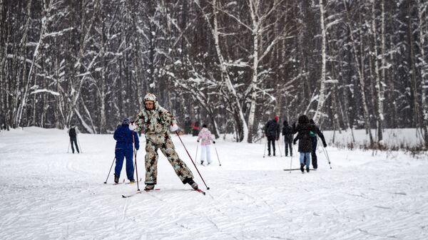 Отдыхающие во время катания на лыжах