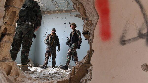 Сирийские военнослужащие и бойцы ополчения