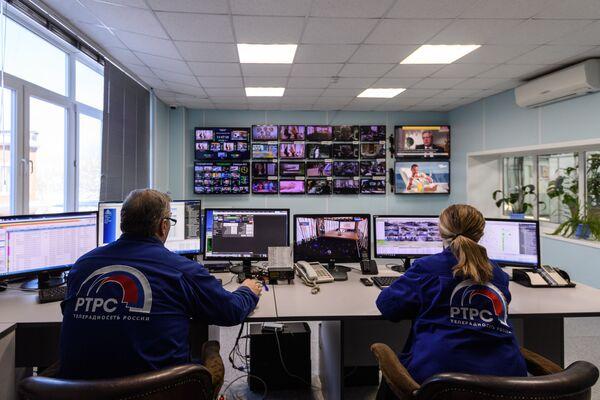 Инженеры в аппаратной Тульского областного радиотелевизионного передающего центра