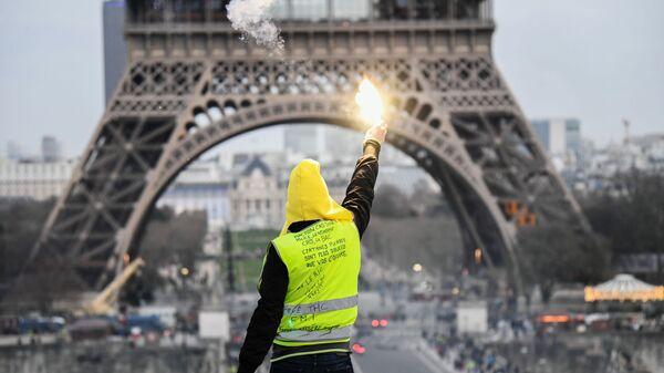 Участник акции протеста жёлтых жилетов в Париже. Архивное фото