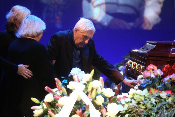 Актер Олег Басилашвили на церемонии прощания с актером Сергеем Юрским в театре имени Моссовета