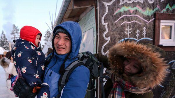 Китайские туристы в саамской деревне Самь-Сыйт в поселке Ловозеро Мурманской области