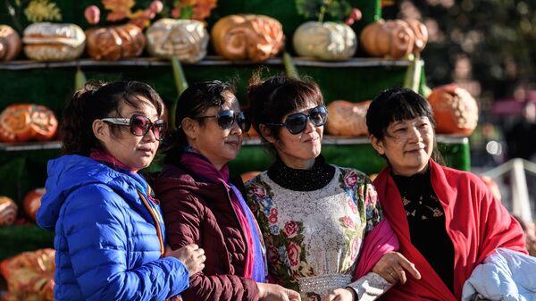 Туристы на фестивале Золотая осень в Москве
