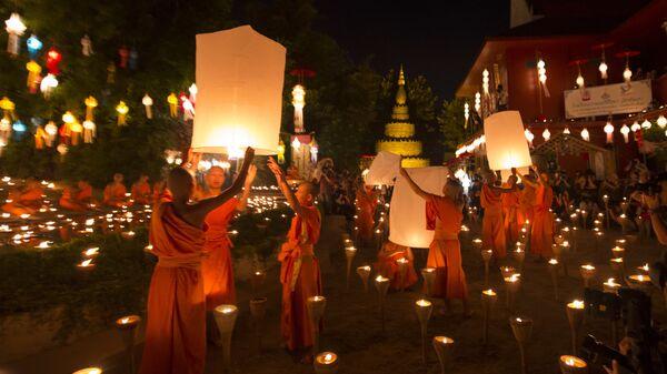 Буддийские монахи готовятся выпустить фонари в небо, после церемонии благословения на фестивале Лой Кратонг в храме в Чиангмай, Таиланд