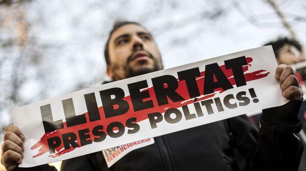 Участник акции с требованием независимости Каталонии у здания Верховного суда Испании в Мадриде. 12 февраля 2019