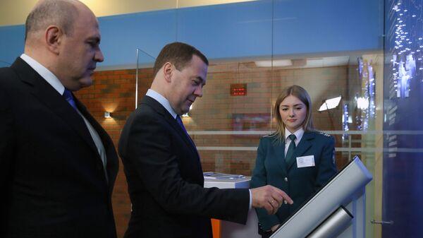 Дмитрий Медведев и руководитель ФНС РФ Михаил Мишустин во время посещения Федеральной налоговой службы РФ. 13 февраля 2019