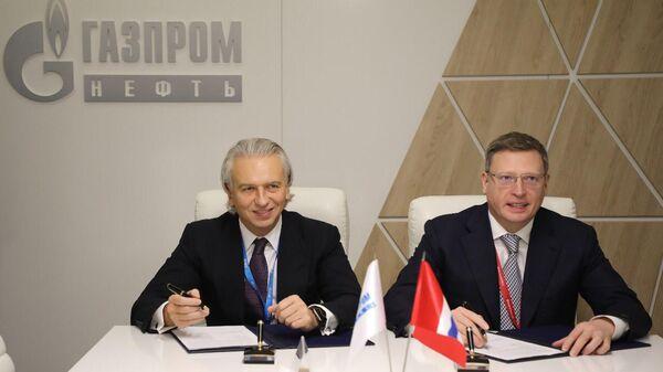 Председатель правления Газпром нефти Александр Дюков и губернатор Омской области Александр Бурков во время подписания соглашения о сотрудничестве в рамках РИФ в Сочи