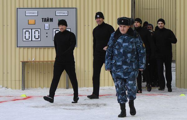 Игрок ФК Краснодар Павел Мамаев (слева) перед началом матча между заключенными московского СИЗО Бутырка.