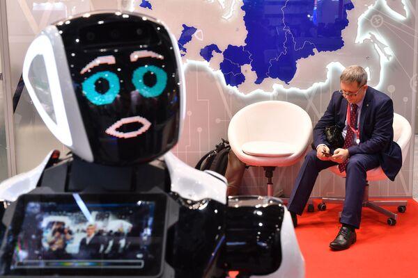 Робот у стенда Ассоциации инновационных регионов России на Российском инвестиционном форуме в Сочи