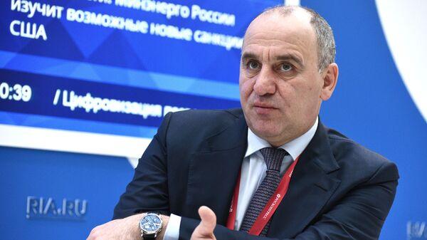 Глава Карачаево-Черкесской Республики Рашид Темрезов на стенде МИА Россия сегодня на Российском инвестиционном форуме в Сочи