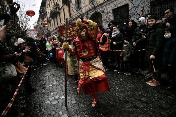 Члены китайской общины отмечают Китайский Новый год в Милане