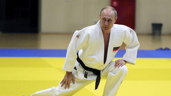 Президент РФ Владимир Путин во время тренировки на татами в спортивно-тренировочном комплексе Юг-Спорт в Сочи