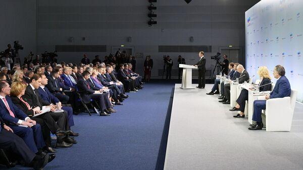 Председатель правительства России Дмитрий Медведев выступает во время встречи с руководителями регионов