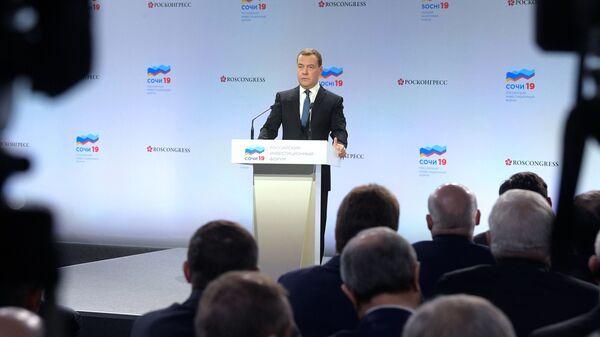 Председатель правительства России Дмитрий Медведев выступает во время встречи с руководителями регионов в Сочи