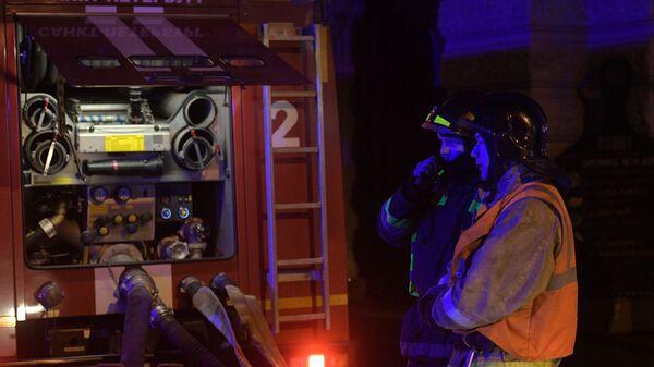 Сотрудники пожарной охраны МЧС РФ у дома № 9 на улице Ломоносова в Санкт-Петербурге