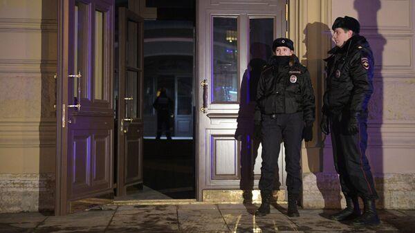Сотрудники полиции у дома № 9 на улице Ломоносова в Санкт-Петербурге. 16 февраля 2019