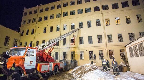 Сотрудники спасательной службы МЧС РФ у дома № 9 на улице Ломоносова в Санкт-Петербурге. 16 февраля 2019