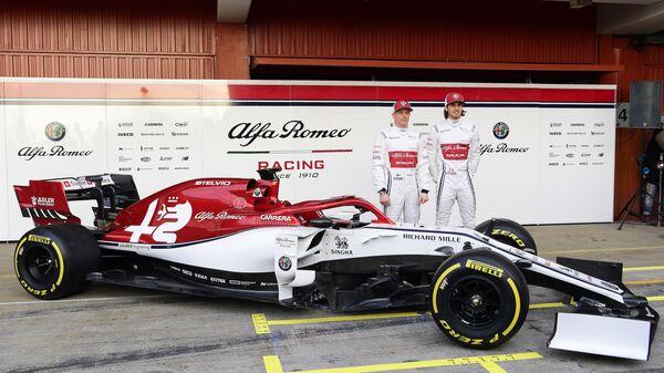 Болид и пилоты команды Формулы-1 Альфа Ромео