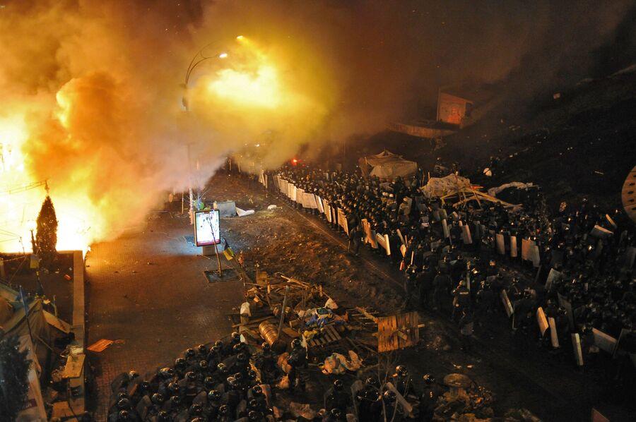 Кордоны полиции у площади Независимости в Киеве, где начались столкновения оппозиции и сотрудников милиции