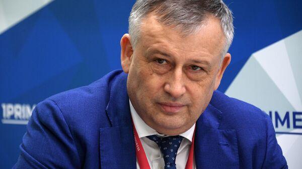 Губернатор Ленинградской области Александр Дрозденко на стенде МИА Россия Сегодня на Российском инвестиционном форуме в Сочи