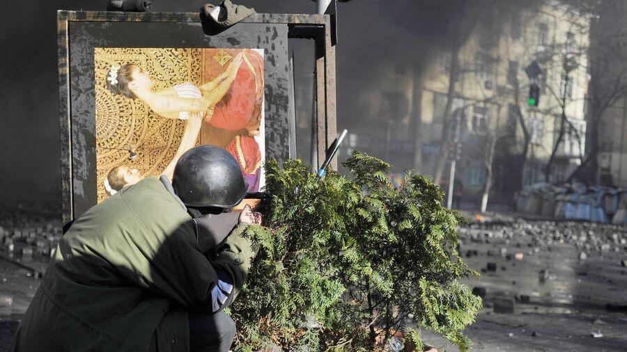 Сторонник оппозиции во время столкновений с сотрудниками милиции в центре Киева