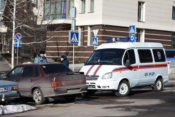 Сотрудники правоохранительных органов и МСЧ ДНР в центре Донецка, где прогремели три взрыва