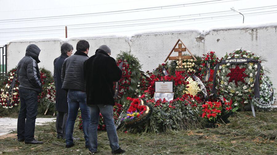 Люди у могилы криминального авторитета Аслана Усояна на Хованском кладбище.