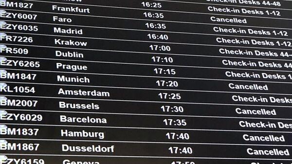 Табло вылета, показывающее отмененные рейсы, в аэропорту Бристоля