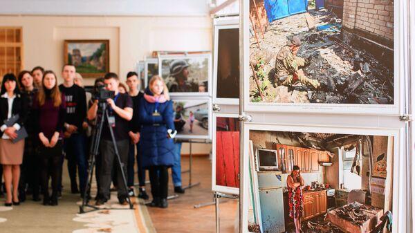 Посетители на открытии выставки победителей конкурса имени Андрея Стенина в городе Стаханов в Луганской народной республике. 19 февраля 2019