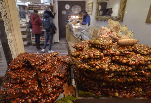 Сладости на прилавке магазина в городе Анси