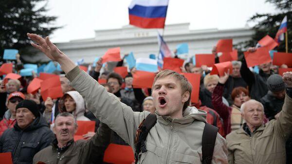 Участник митинга, посвященного решению Крымского парламента и Городского совета Севастополя о вхождении в состав России, в Севастополе