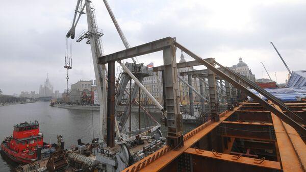 Ремонтные работы на Москворецком мосту в Москве