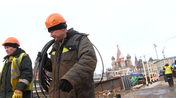 Рабочие во время ремонтных работ на Москворецком мосту в Москве