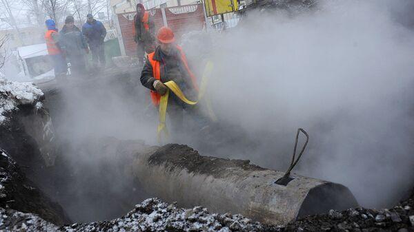 Сотрудники коммунальных служб проводят ремонт участка теплотрассы