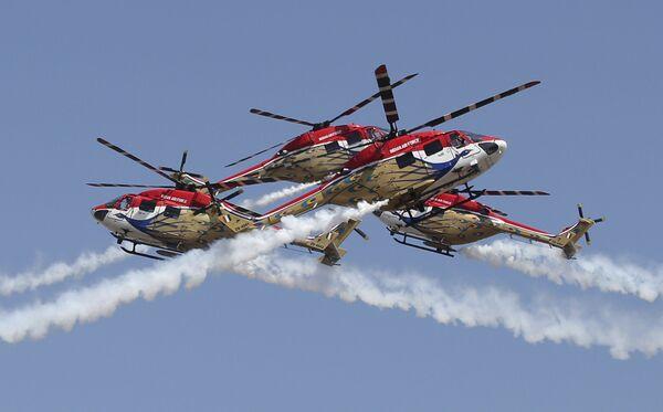 Вертоленты ВВС Индии Dhruv во время показательных выступлений на выставке Aero India в Бангалоре